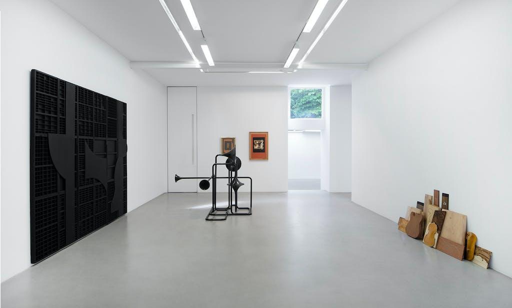 Exhibition view (with Louise Nevelson), kamel mennour, Paris - © kamel mennour