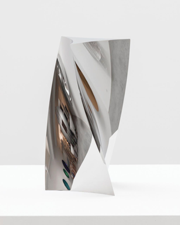 Curved Triangle Twist - © kamel mennour