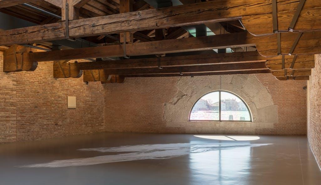 Ann Veronica Janssens, Untitled (White Glitter), 2016-, courtesy the artist. Installation View 'Luogo e Segni' at Punta della Dogana, 2019 © Palazzo Grassi, photography Delfino Sisto Legnani e Marco Cappelletti. - © kamel mennour
