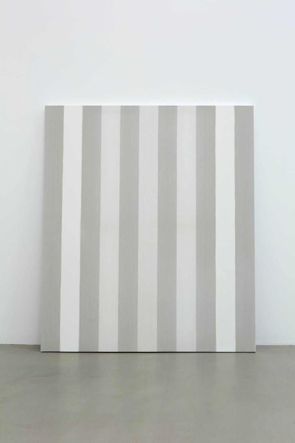 Peinture acrylique blanche sur tissu rayé blanc et gris clair - © kamel mennour