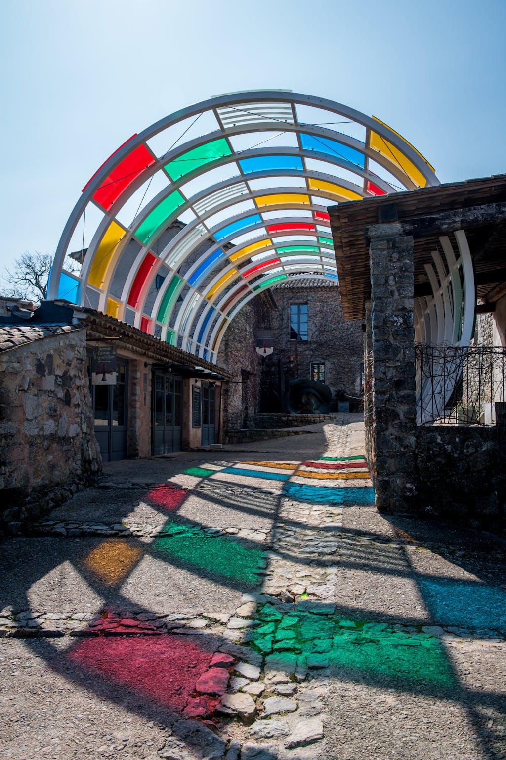 Le Cylindre incrusté aux couleurs, permanent work in situ - © kamel mennour