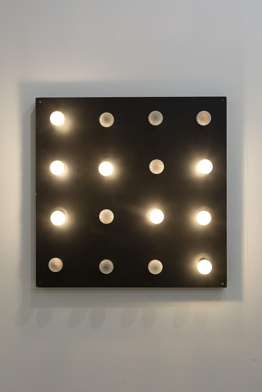 16 lampes allumage avec 4 rythmes superposés - © kamel mennour