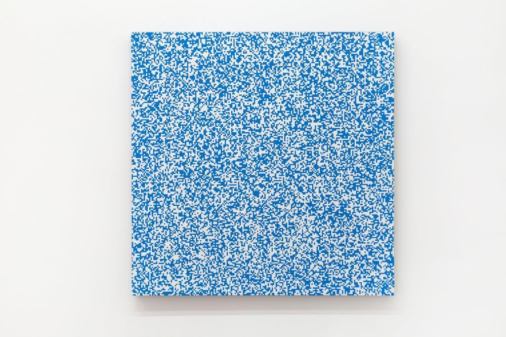 Répartition aléatoire de 40 000 carrés suivant les chiffres pairs et impairs d'un annuaire de téléphone, 50% bleu, 50% blanc - © kamel mennour