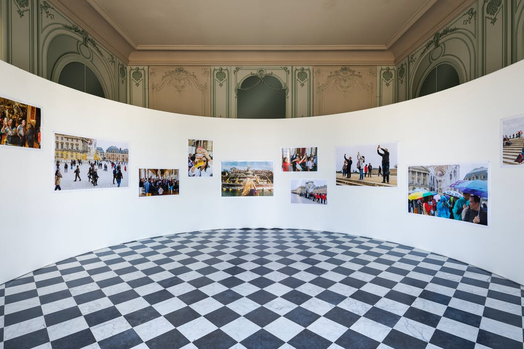 """Exhibition view """" Versailles - Visible / Invisible"""", château de Versailles, 2019 Courtesy of the artist Martin Parr ©Tadzio - © kamel mennour"""